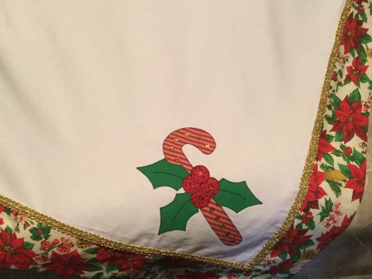 https://flic.kr/p/ANutqQ | Toalha de mesa de natal bordada, com aplicação de grega dourada e lantejoulas.