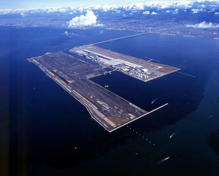 Japon - Aéroport international du Kansai, au large d'Osaka. Cette île artificielle mesure plus de 4,8 km de long et a été conçu pour survivre aux tempêtes et tremblements de terre.