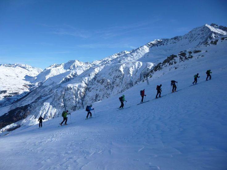 #Schnupperkurs #Andermatt - #Hospental, im Skitouren-Eldorado am #Gotthardpass. Kursziel: Du kannst Dir bezüglich Material, erforderlicher Kondition und Technik ein genaues Bild machen. Du verbesserst Deine #Skitechnik, wirst vom #Skitouren -Virus gepackt und bist nach diesem Kurs in der Lage, an technisch leichten von einem #Bergführer geleiteten Touren teilzunehmen.