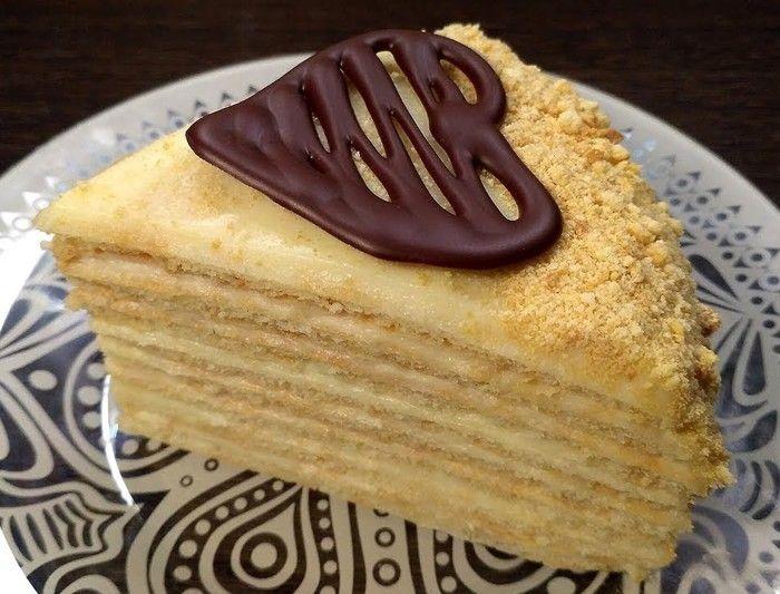В рецепте тортика кроется несколько секретов, упрощающих жизнь, но не влияющих на вкус и качество. Первый лайфхак понравится тем, кто не любит долго возиться и выпекать кучу коржей в духовке. Вы их просто жарите. Обрезайте коржи «до», а не «после» приготовления. Это намного проще. Завар