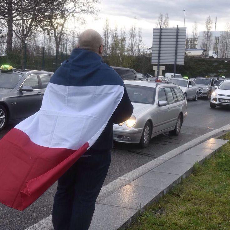 Manifestation des taxis contre uber à l aéroport de Toulouse Blagnac La Dépêche du midi  Michel Lanonne #ladepechedumidi #photo #photooftheday #photojournalism #love #beautiful #instagood #midipyrenees #friends #toulouse #lovetoulouse #objectiftoulouse #visiteztoulouse #igerstoulouse #grève #taxi #uber #transport