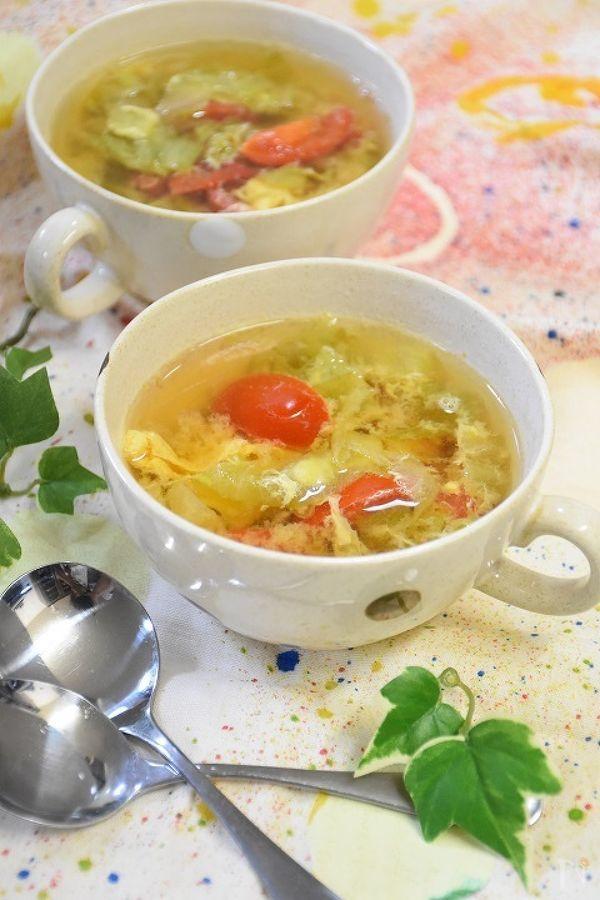 レタスとトマトのコンソメスープです。レタスの食感もいかしてどうぞ♪