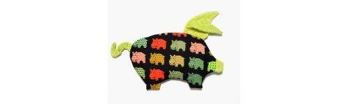 Poduszki do Wózka Sleepy Pig La Millou z najwyższej jakości bawełny. Mnóstwo różnych kolorów. Poduszki świnki pakowane są w firmowy płócienny woreczek wraz z przywieszką serduszkiem