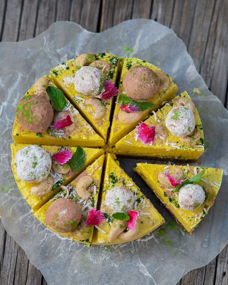 If you love ginger, you will love this raw Pineapple Gingercheesecake. This cheesecake has everything: the crumbly sweet base, the creamy bright yellow filling and anamazingvariety of toppings i…