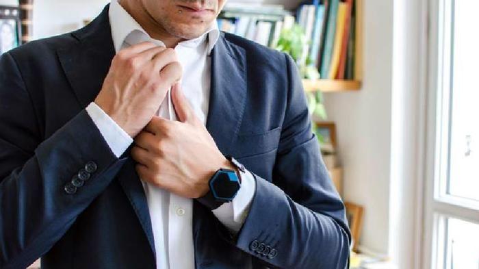 SI chiama hiris ed è un orologio esagonale che conta passi, calorie bruciate, temperatura e molto altro per migliorare il proprio stato di salute..