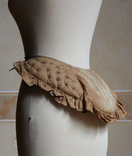 Abiti Antichi   Sellino imbottito di crine circa approximately 1872.  Rif: crinolina 12  Bustle pad  Clicca sulla foto per vedere altre immagini di questo sellino.