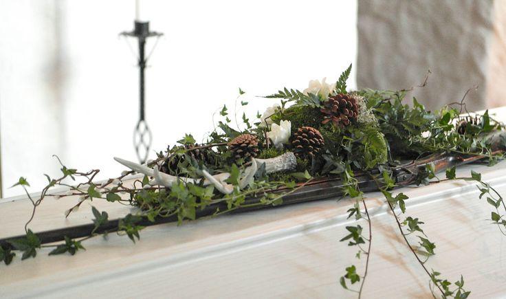 Begravning - Skogsinspirerad kistdekoration till jägare // funeral - forest inspired coffin spray for a hunter