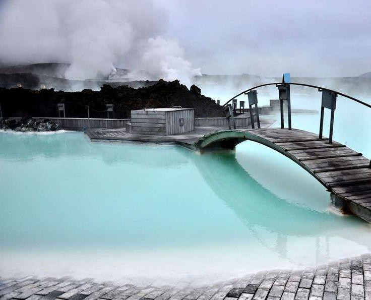 Nadar nas águas mornas da Lagoa Azul - Um dos lugares mais belos da Islândia, a Lagoa Azul é um verdadeiro spa termal situado na…