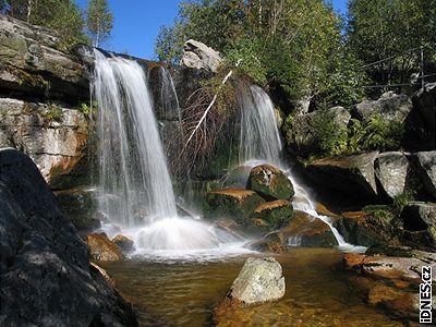 Chceme-li poznat velkolepou přírodu Jizerských hor, neměli bychom určitě vynechat údolí, kde se horská říčka Jedlová prodírá přes balvany a kamenné plotny a vytváří tak jedinečnou kaskádu vodopádů a peřejí.