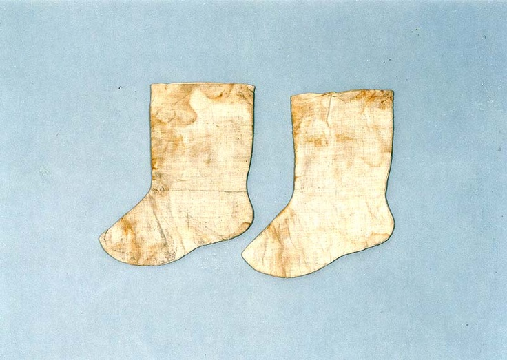 "Gyeop beoseon (겹버선), or lined but not padded socks, from the ""tomb of Go Un (1479-1530), a leading figure representing the Neo-Confucian literati based in the Honam (Jeolla) region during the mid-Joseon Dynasty.... Made of cotton, ramie and silk, the clothes appear to have been worn by Go Un while he was alive."" Important Folklore Cultural Heritage 239."