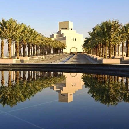 Muzeum Sztuki Islamu w Doha w Katarze – najnowsze dzieło I. M. Pei. Wyrastająca z zatoki bryła budynku jest silnie wpisana w tradycję architektury muzułmańskiej. Rzeźbiarska bryła budynku jest ukształtowana schodkowo, zwiększając wysokość aż do kulminacyjnego punktu, którym jest kopuła nad wewnętrznym, pięciopiętrowym atrium. Otaczające obiekt palmy tworzą oazę, zapewniają zwiedzającym przyjazne miejsce odpoczynku i jednocześnie stanowią malownicze tło dla budynku.