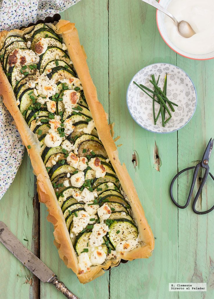 Una tarta delicada y suave como esta tarta salada de yogur griego, calabacín y queso feta, que además es una estupenda manera de tomar hortalizas...