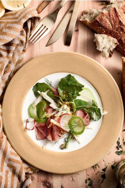 Knolselderijsalade, met pekelvlees en mierikswortel. Recept op elleeten.nl | ELLE Eten