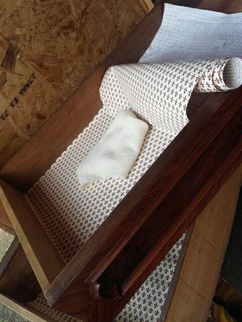 Comò della nonna Olga . Rifinitura dell interno dei cassetti con carta gigliuccio di Firenze,  ora la producono anche adesiva così è anche lavabile per la nostra comodità quotidiana. Un tocco di signorilità per la casa.