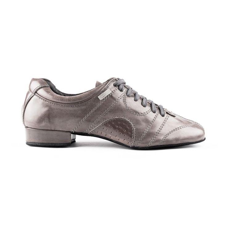 Superfed dansesneakers fra PortDance. Modellen hedder PD Casual 001 og er udført i lyst, gråt læder og lædersål. En kvalitetsdansesko med godt fit og masser af stabilitet.  Fåes hos Nordic Dance Shoes: http://www.nordicdanceshoes.dk/portdance-pd-casual-001-lys-graa-laeder-laedersaal-dansesneakers#utm_source=pin