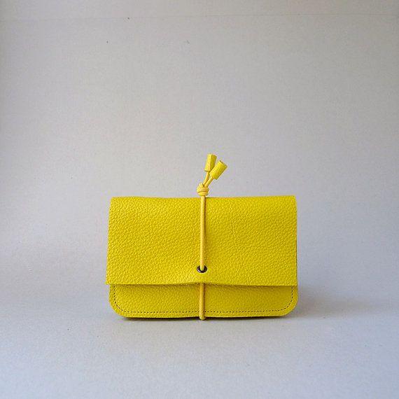 Portemonnee Small  geel leer & geel elastiek door MariekeJacobs