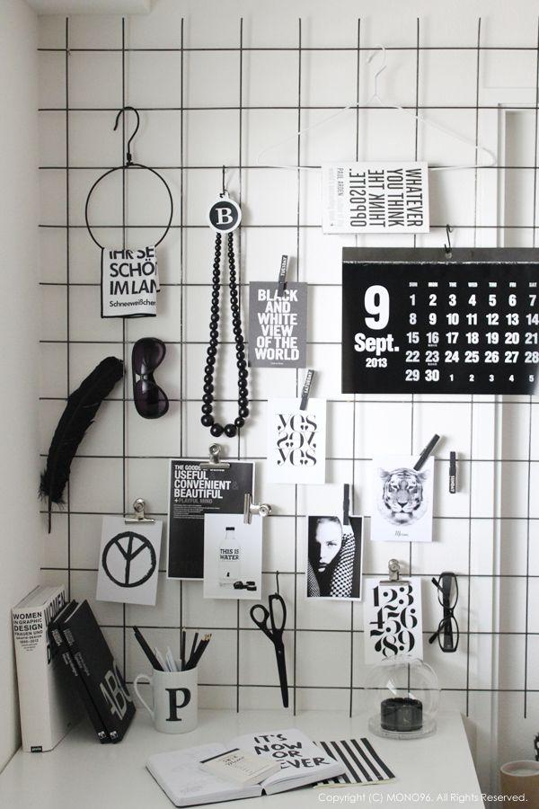 Een gaaspaneel van de bouwmarkt staat stoer en decoratief, en is ideaal voor je werkplek waar je hem kunt gebruiken als inspiratiebord.