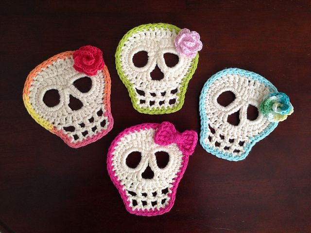 Day Of The Dead Skull crochet pattern by Kristin Canganelli.  I love the flowers and bow!
