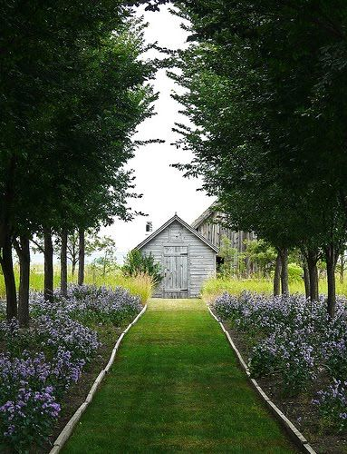 this would be such a darling pathway to a guest house or barn or something....
