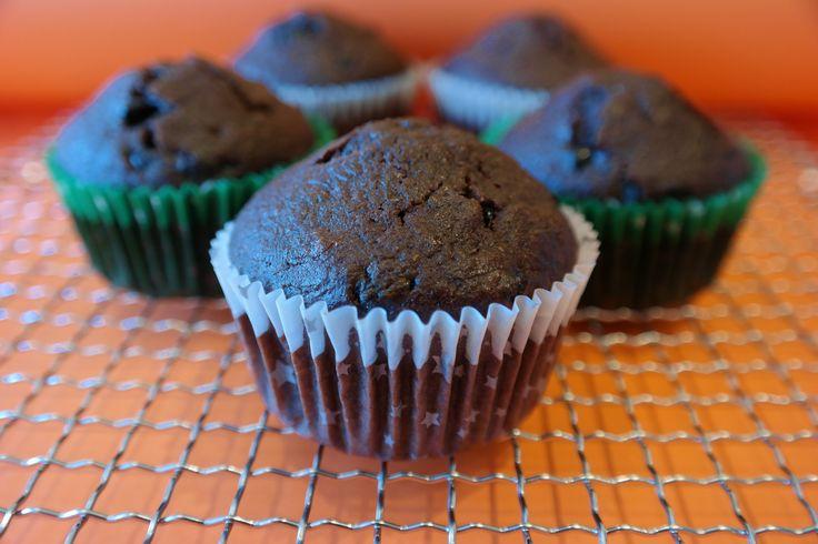 YEŞİL KABAKLI KAKAOLU MUFFİN, Tadı hissedilmeyen kabak keklere çok hoş bir ıslaklık ve yumuşaklık veriyor. Özellikle sebze yemekte zorlanan çocukları bu şekilde hazırladığınız farklı ve zevkli sunumlarla şaşırtabilir ve yeni alışkanlıkları daha kolay kazandırabilirsiniz. Sağlıklı ve hafif yeşil kabaklı kakaolu muffin enfes lezzeti ile büyük küçük herkesin beğenisini kazanıyor. http://www.aylademir.com.tr/2015/09/yesil-kabakli-kakaolu-muffin.html