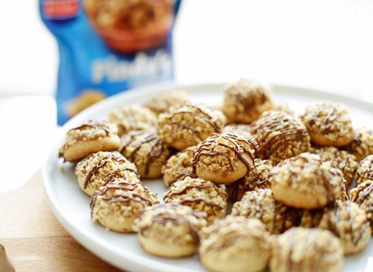 Koekjes bakken is bijna magisch. Je plaatst kleine bollen op een bakplaat en opeens worden het grote, lichtbruine, zachte, ronde, knapperige en lekkere koekjes. Door de zachte toevoeging van karamel…