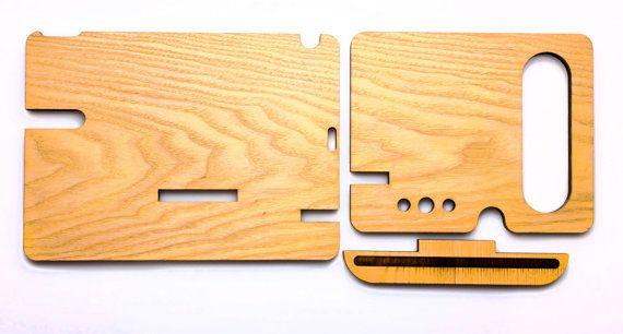 Questa Docking Station personalizzato è composto da legno massello oro Ash. Color - naturale. Questo dono si prega di qualsiasi uomo. Unottima ragione - per fare un regalo per un compleanno o un anniversario.  Questo supporto in legno adatto per iPhone 6, iPhone 6s e altri smartphone con uno schermo di meno di 5,5 pollici. Dimensioni: Altezza 7,2 pollici Larghezza 15,2 pollici Profondità di 7,2 pollici Spessore 0,36 pollici  Per liPhone 6, iphone 6S plus5 e iPhone 5s nel mio negozio ha anche…