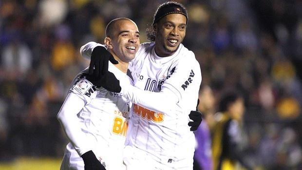 Diego Tardelli e Ronaldinho comemoram gol do Atlético-MG contra o Strongest (Foto: Reuters)