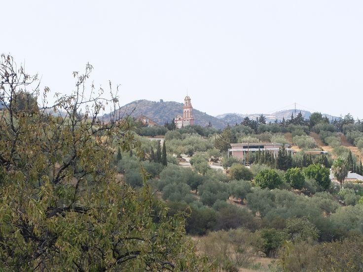 La espadaña del Santuario de Nuestra Señora de las Flores entre la vegetación resulta un punto de referencia ineludible