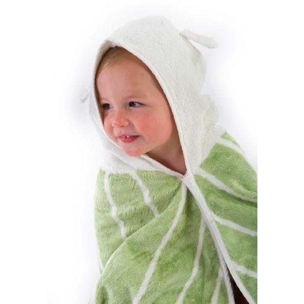 Simpática y amplia toalla con capucha. Doble capa de tejido de fibra de bambú y algodón orgánico; un 60% mas absorbente que el puro algodón. Con propiedades naturales antibacterianas ideales para la piel sensible de los mas amados de la casa. Sedosa, suave y de secado rápido. Sencillamente grande, toneladas de tejido para envolverlos de arriba a abajo!