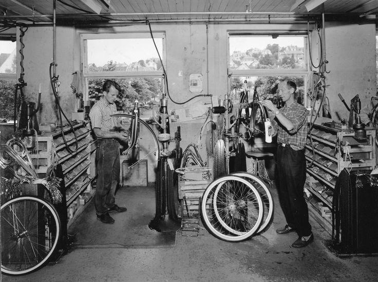 Sykkelferdigmontering i monteringsavdelingen til Sykkelfabrikken til Jonas Øglænd AS i Solaveien | Ludvigsen, Ludvig