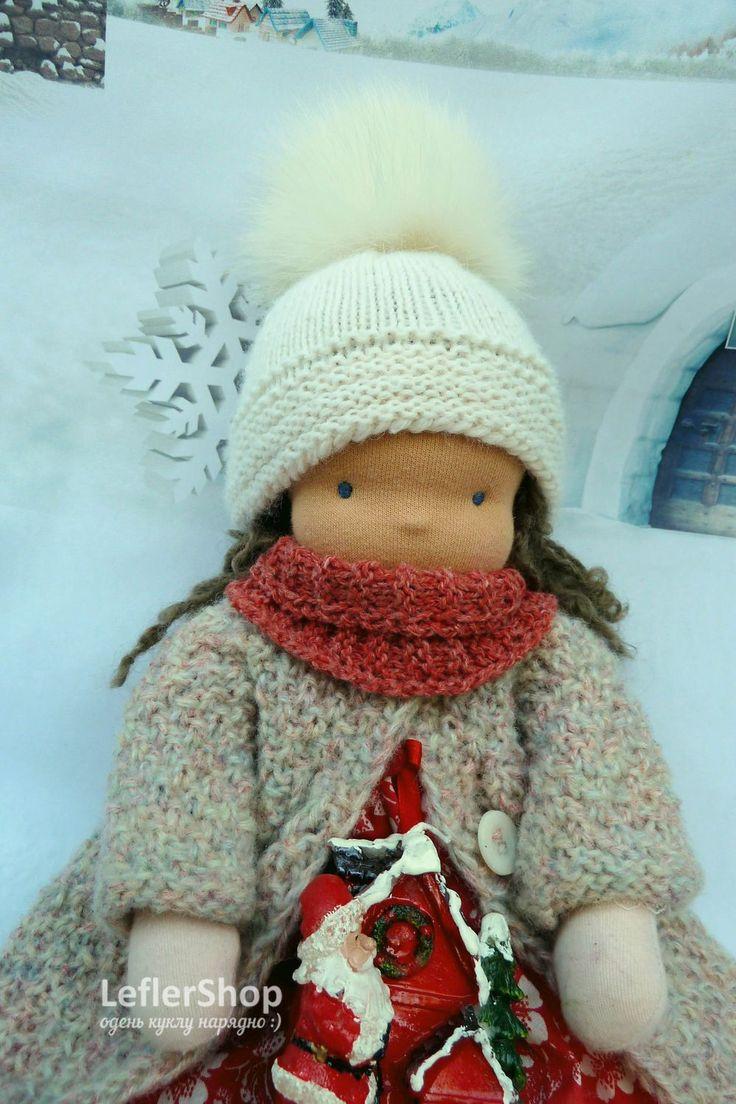 Вы любите свечи? Смотреть как они мерцают, как освещают уголок? А если они еще и красивые праздничные, то Эльза не смогла пройти мимо! . . . . Одежда для куклы: пальто, шапка с меховым помпоном, шарф, ботиночки на шнуровке. . . . #leflershop #лефлершоп #кукольная_одежда #вальдорфская_кукла