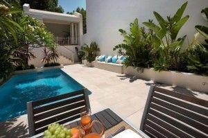 Jardin al lado de la piscina y patio