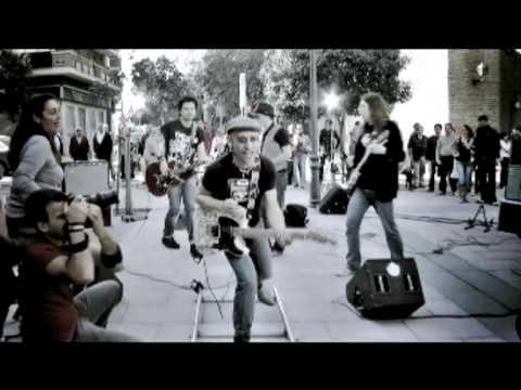 Fito y Fitipaldis - Viene y va (video clip) - Un tema ejemplo de interactuación con la gente de la calle.