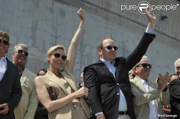 Le prince Albert de Monaco et son épouse Charlene, enthousiasmés par la descente en apnée de Pierre Frolla, parti chercher le drapeau à damier du Grand Prix de Monaco le vendredi 24 mai 2013. Signés par les pilotes de F1, celui-ci sera vendu aux enchères au profit dune association, Aequalia.