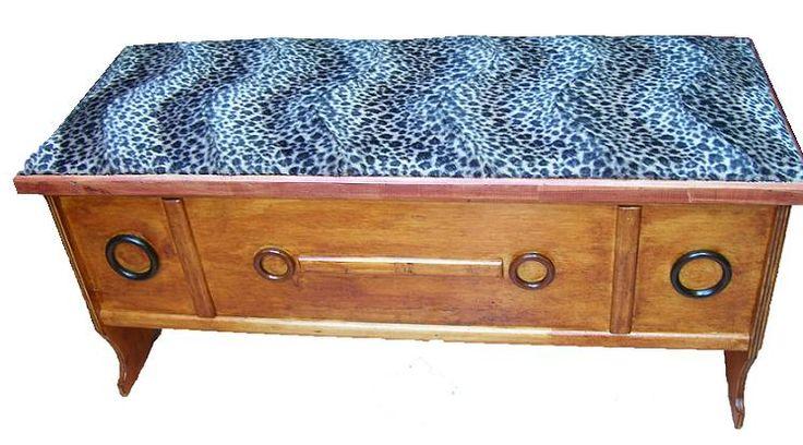 CLAF - Práctica Banca Baul Tapiz Leopardo (COD 569 - Banca Baul) Fabricada en madera terciada lisa, barnizada. Tapiz acolchado, diseño leopardo. Medidas: - Largo: 100 cm - Ancho: 35 cm - Alto: 42 cm Precio: $ 38.000 www.claf.cl