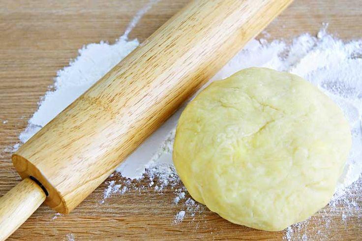 calories-13-1 La pâte à tarte La fabrication d'une pâte brisée, c'est de la farine et beaucoup de beurre… Les versions toutes prêtes de 230g équivalent à 776 calories pour une pâte à tarte. Oui, c'est énorme, surtout qu'il faut prendre en compte la garniture qui viendra sur cette pâte.