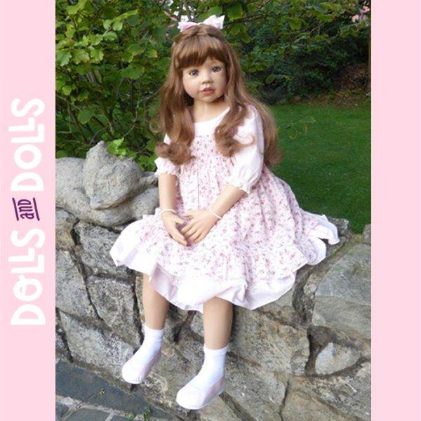Wynona ya se está preparando para despedir el año. Con su metro y diez centímetros de altura luce un vestido de color rosa claro con un sobrevolante con puntilla en la parte inferior y en las mangas; y un sobrevestido de tirantes con un florido estampado con fondo beige a rayas y un delicado plumeti. Incluso se ha pintado las uñas de las manos y de los pies. ¡Está deslumbrante! #MasterPieceDolls #Dolls #MonikaLevenig #Doll #Bonecas #Poupées #Bambole #muñecas #muñeca