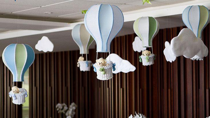 ursinhos de pelúcia, balões de papel e cestinhos de vime.