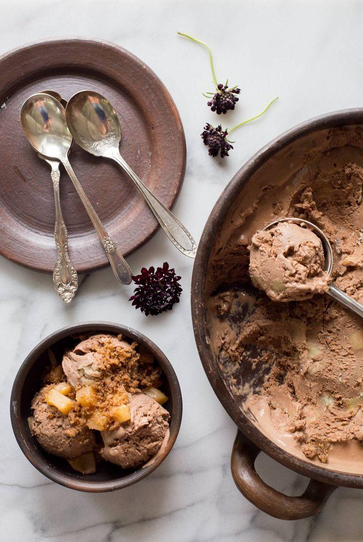 Helado de chocolate casero con manzana y migas. Inspirado en el kuchen de chocolate y manzana. Increíble.  Patrocinado por Dairy Good. #ad #UndeniablyDairy