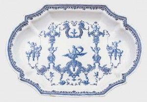 Le décor à la Bérain de la fabrique de Clérissy est en camaïeu bleu.
