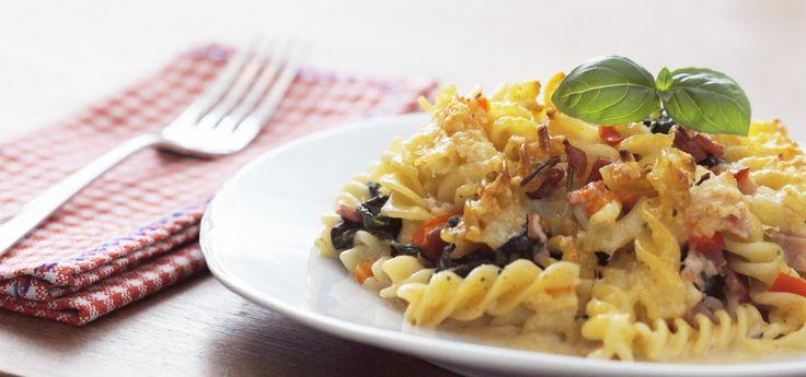 Pasta con espinacas, pimientos y jamón