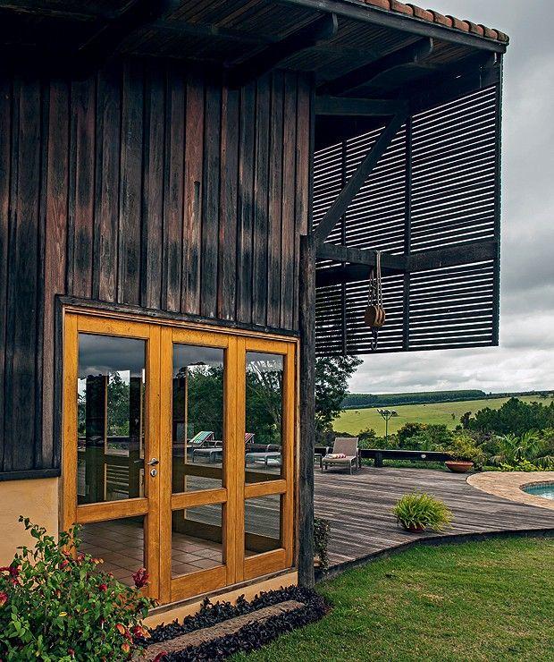 Pavilhão: Com telhado de uma água, o espaço que concentra o lazer tem a frente protegida da insolação por brise de madeira ripada. As paredes são de itaúba e os caixilhos, de cedro. Espreguiçadeiras, da Casual (Foto: Edu Castello)