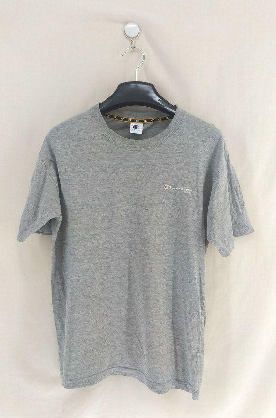 DESCRIPTION T-Shirt vintage de Champion - étiqueté comme une taille « large ». S'il vous plaît se référer ci-dessous les mesures. Très bon état. Pas de trous. Petite tache (voir photo). Tous les vêtements sont lavés et prêt à porter. DÉTAILS Taille: « L » Matériaux : coton MESURES Largeur (fosse à pit) : 20 pouces Longueur (épaule à la fin du vêtement): 27 pouces Nhésitez pas à me message si vous avez des questions. Ref : 139 ~ Venez et jetez un oeil à plus d'articles vintages à mon mag...