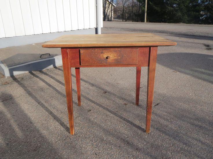 Ihana, vanha talonpoikaispöytä vetolaatikolla. Patinaa ja kulumaa löytyy, mutta pöytä on hyvin tehty ja tukeva. Pöytälevy on maalaamaton.  Koko 89 x 68 cm, korkeus 78 cm