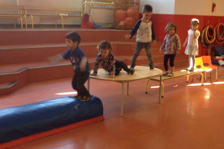 Les parcours de motricité du mardi matin sont très attendus par les enfants. Ils exercent une compétence particulière (parfois 2) sur 4...