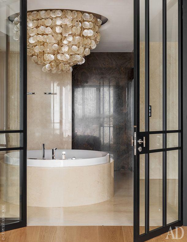 Главная ванная отделана мрамором. Люстра Shell Series по дизайну Роберта Коленика, Maretti; ванна Aviva, Hoesch. Двери LeCadre II по дизайну Марселя Вольтеринка, Bod'or.