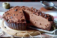 """Se state cercando un semifreddo """"supercioccolatoso"""", facile e goloso, la Crostata fredda al Cioccolato fa esattamente al caso vostro! Si tratta appunto di una Crostata Fredda ottima per il periodo estivo ma non solo, la base è composta da biscotti al cacao e burro sciolto, mentre la crema da panna montata, zucchero ed ovviamente cioccolato [...]"""