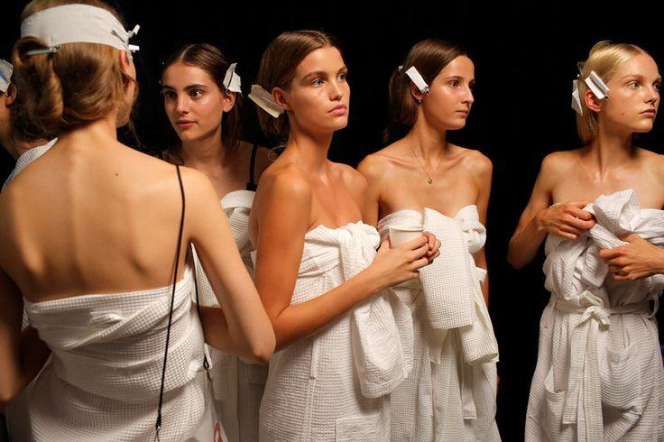 Τα μοντέλα της επίδειξης της καλοκαιρινής κολεξιόν του Tommy Hilfiger περιμένουν να ντυθούν στα παρασκήνια της πασαρέλας για την εβδομάδα μόδας στη Νέα Υόρκη.