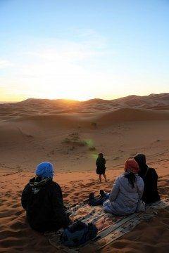 モロッコサハラ砂漠に登る朝日  女が大地に祈る二人は愛を確かめあるそれを温かく見守る原住民  何か素敵なシーンに出会えた  #モロッコ #朝日鑑賞 #サハラ砂漠 #大地 #海外旅行 #日の出 tags[海外]