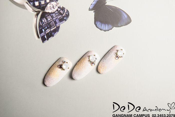 많은 분들이 여성분들이 결혼식에는 특별한 네일아트를 하고 싶어합니다! 강남네일학원 도도아카데미만의 슈가 웨딩네일을 방법을 소개하겠습니다^^! 도도아카데미 강남본원 http://blog.naver.com/kalavin0070/220336273977